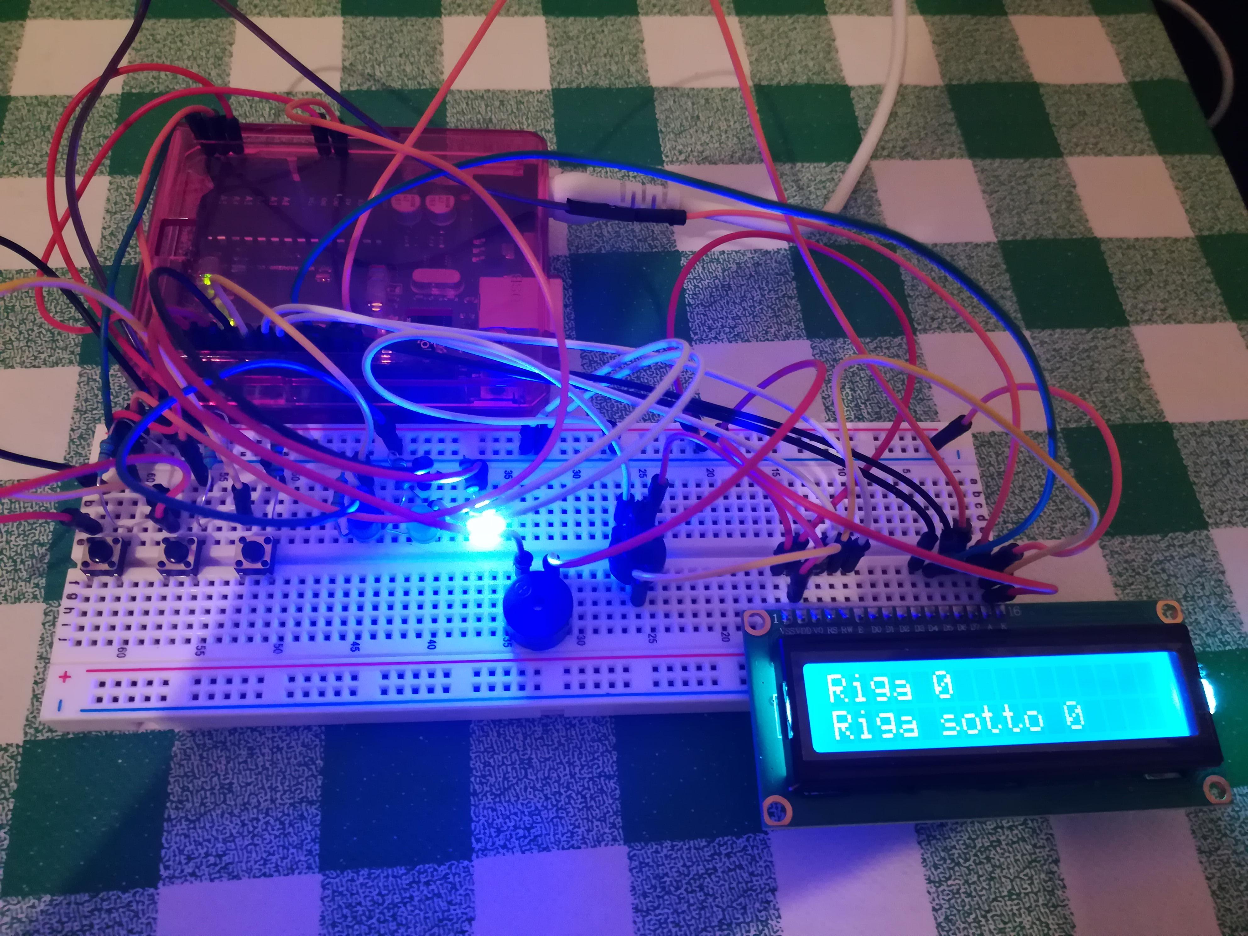 Arduino Uno collegato a un LCD che cambia testo in base al bottone cliccato